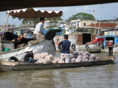 A transaction at the Cai Be Floating Market